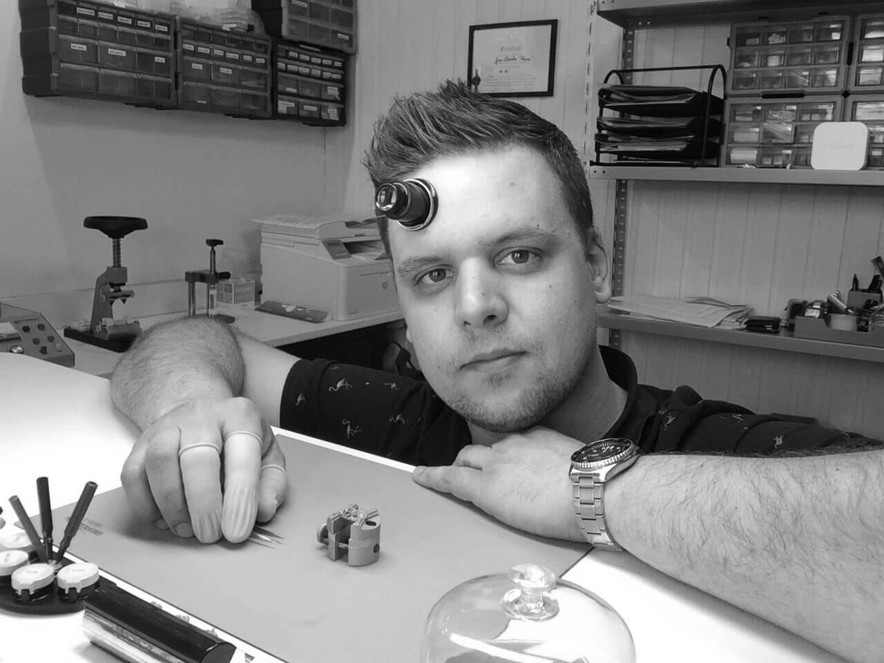Jean-Charles Pâque : horloger passionné et diplômé avec 9 ans d'expérience